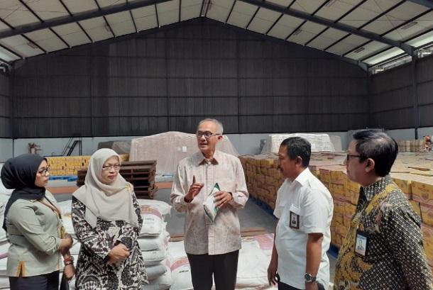 Sekjen Kementerian Perdagangan Oke Nurwan (tengah) saat mengunjungi Gudang Bulog di Gedebage, Bandung - Bisnis/Hadijah Alaydrus