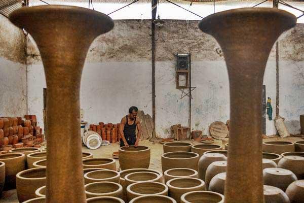 Perajin membuat keramik tradisional di Plered, Purwakarta, Jawa Barat, Rabu (26/9/2018). Badan Ekonomi Kreatif (Bekraf) menyatakan Indonesia berpotensi besar menjadi kekuatan ekonomi kreatif di dunia. - ANTARA/M Ibnu Chazar