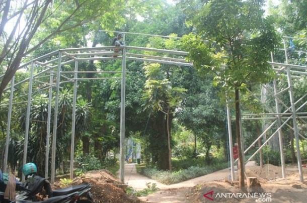 Pekerjaan penambahan wahana flying track di hutan Kota Tangerang - Antara