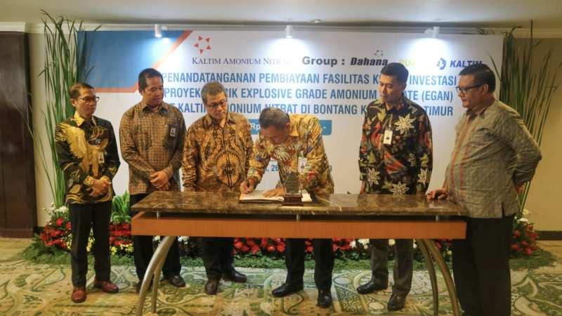 Pemimpin Divisi BUMN dan Institusi Pemerintah BNI Bapak Babas Bastaman (kedua kanan) dan Direktur Utama PT Kaltim Amonium Nitrat Budi Antono (tengah) menandatangani Perjanjian Kredit di Jakarta, Selasa (26/11/2019). Penandatanganan tersebut disaksikan oleh Direktur Bisnis Konsumer BNI Anggoro Eko Cahyo (kanan), Direktur Utama PT Dahana (Persero) Budi Antono (kedua kiri), dan Direktur Teknik dan Pengembangan PT Pupuk Kalimantan Timur Satrio Nugroho (kiri). - Bisnis/Istimewa