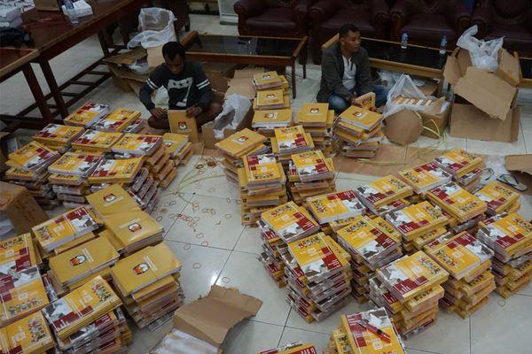 Petugas KPU Mimika menyortir buku panduan, formulir isian dan kotak suara Pilkada Papua di Gedung Eme Neme Yauware, Timika, Papua, Sabtu (23/6). - ANTARA FOTO / Spedy Paereng