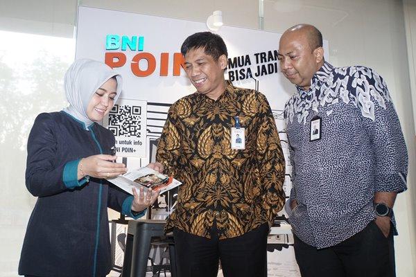 Pemimpin Cabang Bank BNI Pekanbaru Alkab Mansyur (tengah) berbincang dengan Wakil Pemimpin Cabang Pekanbaru Agus Otter (kanan), dan karyawati di sela-sela kunjungan Tim Jelajah Infrastruktur Sumatra 2019 di Pekanbaru, Selasa (26/11/2019). - Bisnis/Himawan L. Nugraha