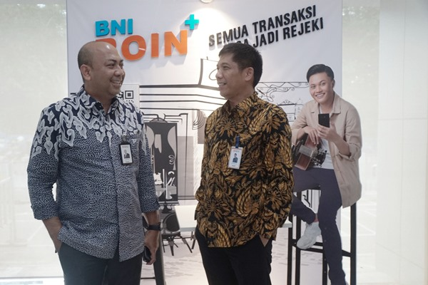 Pemimpin Cabang Bank BNI Pekanbaru Alkab Mansyur (kanan) berbincang dengan  Wakil Pemimpin Cabang Pekanbaru Agus Otter disela-sela kunjungan tim Jelajah Infrastruktur Sumatra 2019 di Pekanbaru, Selasa (26/11). PT Bank Negara Indonesia (BNI) Tbk. menyampaikan bahwa pembangunan jalan tol Pekanbaru-Dumai dapat mempercepat transaksi nontunai di Pekanbaru. BISNIS - Himawan L Nugraha