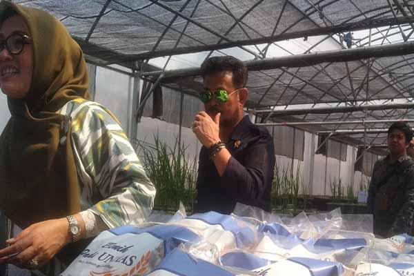 Menteri Pertanian RI Syahrul Yasin Limpo Rektor Unhas Dwia Aries Tina Pulubuhu mengunjungi green house Fakultas Pertanian Unhas usai membawakan kuliah umum, Selasa (26/11 - 2019).