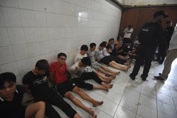 Polisi mengamankan puluhan WNA China saat dilakukan penggerebekan terhadap sindikat pelaku penipuan di Perumahan Mega Kebon Jeruk, Jakarta, Senin (25/11/2019). - Antara/Indrianto Eko Suwarso