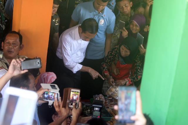 Presiden RI Joko Widodo membeli jajanan saat blusukan ke Pasar Kranggan, di Jalan Diponegoro, Jogja, Rabu (25/07/2018). - Harian Jogja/Desi Suryanto