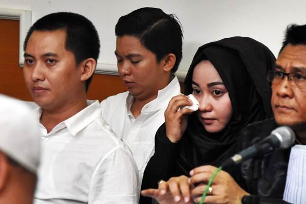 Terdakwa kasus dugaan penipuan dan penggelapan biro perjalanan umrah First Travel, Direktur Utama Andika Surachman (kiri), Direktur Anniesa Hasibuan (kedua kanan), dan Direktur Keuangan Kiki Hasibuan (kedua kiri) - ANTARA/Indrianto Eko Suwarso