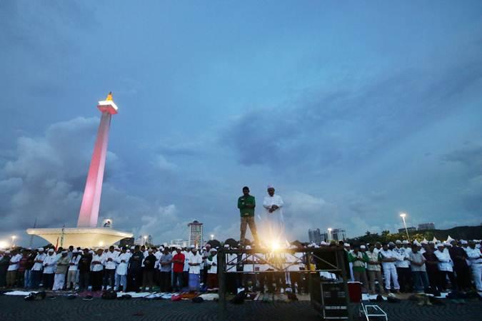 Jemaah Munajat 212 melaksanakan Salat Magrib di Monas, Jakarta, Kamis (21/2/2019). Kegiatan Munajat 212 dan zikir bersama tersebut bertujuan untuk mempererat persatuan semua elemen bangsa Indonesia. - ANTARA/Rivan Awal Lingga