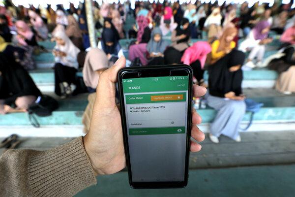 Peserta mengikuti simulasi (try out) tes Calon Pegawai Negeri Sipil (CPNS) dengan menggunakan handphone android di stadion H Dimurthala, Banda Aceh, Aceh, Minggu (17/11/2019). - Antara/Irwansyah Putra