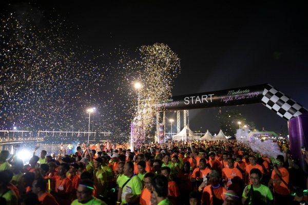 PT Mahkota Sentosa Utama menggelar Meikarta Night Run 5K di Central Park Meikarta, Sabtu (23/11/2019) malam. Kegiatan lari yang diselenggarakan pada malam hari itu dimeriahkan antara lain dengan pesta kembang api. - Bisnis