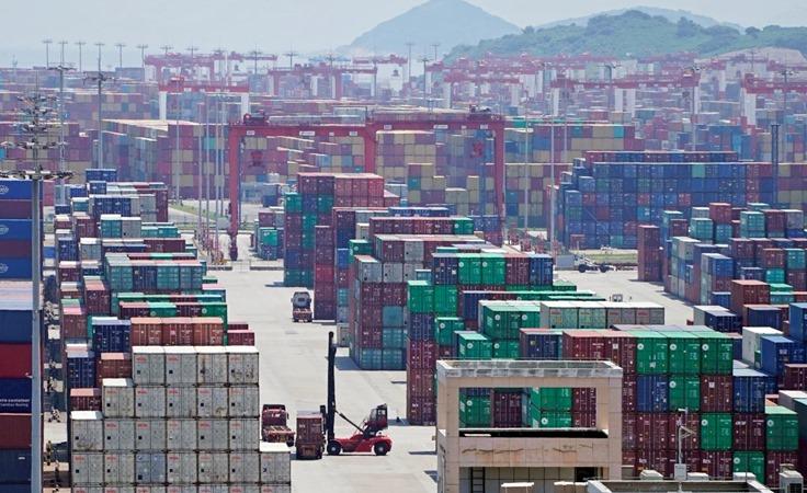 Kontainer terlihat di Pelabuhan Yangshan Deep Water di Shanghai, China 6 Agustus 2019. -  REUTERS/Aly Song