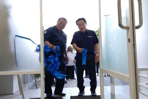 Presiden Direktur PT Jerindo Sari Utama Henry Nangoy (kiri), bersama Presiden Komisaris Jimmy Nangoy saat meresmikan kantor cabang di Semarang, Selasa (26/11 - 2019). Jerindo Sari Utama adalah perusahaan distribusi yang berbasis di Surabaya. (Bisnis