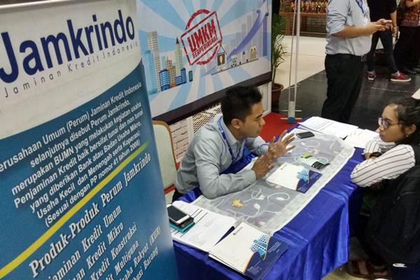 Karyawan Jamkrindo memberikan penjelasan mengenai produk penjaminan kredit kepada calon nasabah, di Jakarta. - JIBI/Dedi Gunawan
