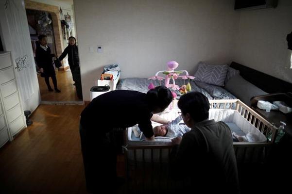 Sebuah keluarga di Korea Selatan dengan bayi mereka. - Reuters