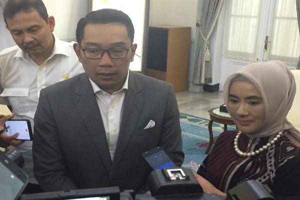 Gubernur Jabar Ridwan Kamil (tengah) bersama Dirut Pertamina Nicke Widyawati - Bisnis/Wisnu Wage