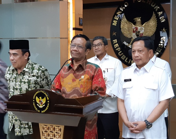 Menteri Agama Fachrul Razi (kiri), Menko Polhukam Mahfud MD (tengah) dan Menteri Dalam Negeri Tito Karnavian (kanan) usai Rakortas di Kemenko Polhukam, Rabu (27/11/2019). - Bisnis/Rayful Mudassir