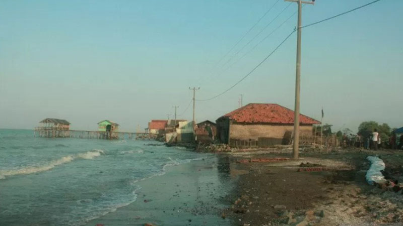 Pantai Karawang, Jawa Barat, mengalami abrasi. - Antara/Alu Khumaini