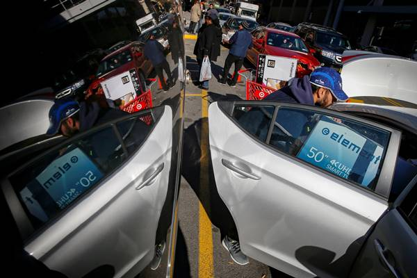 Seorang pria memasukkan televisi ke mobilnya saat Black Friday di Brooklyn, New York City Amerika Serikat (AS). - Reuters
