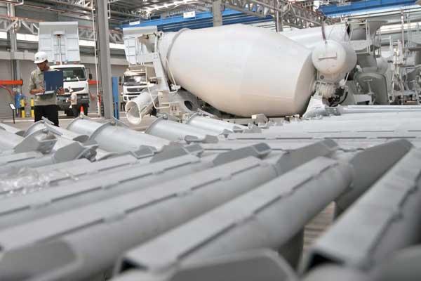 Ilustrasi aktivitas karyawan di pabrik karoseri truk di kawasan industri Bukit Indah City, Purwakarta, Jawa Barat, Kamis (13/2).  - Bisnis.com/NH