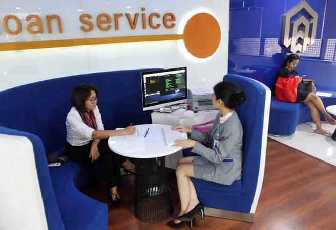 Karyawan melayani nasabah di kantor cabang utama PT Bank Tabungan Negara Tbk, Jakarta - Bisnis/Endang Muchtar