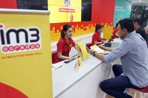 Karyawan melayani pelanggan di gerai Indosat Ooredoo, Jakarta - Bisnis/Endang Muchtar