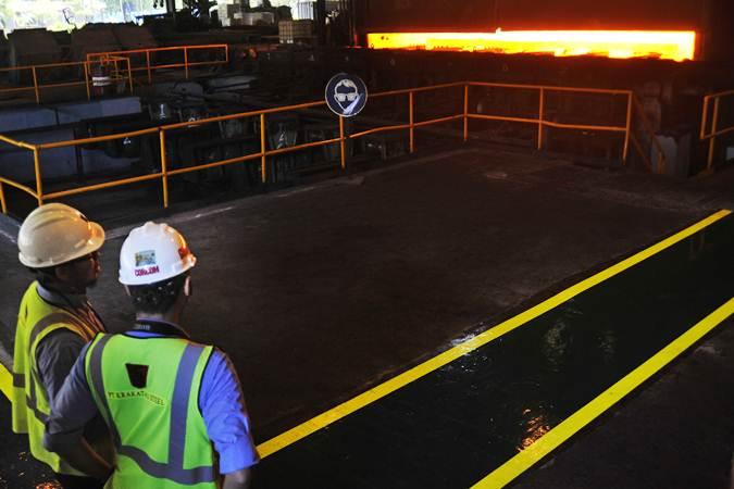 Pekerja mengawasi proses produksi lempengan baja panas di pabrik pembuatan hot rolled coil (HRC) PT Krakatau Steel (Persero) Tbk di Cilegon, Banten. - ANTARA