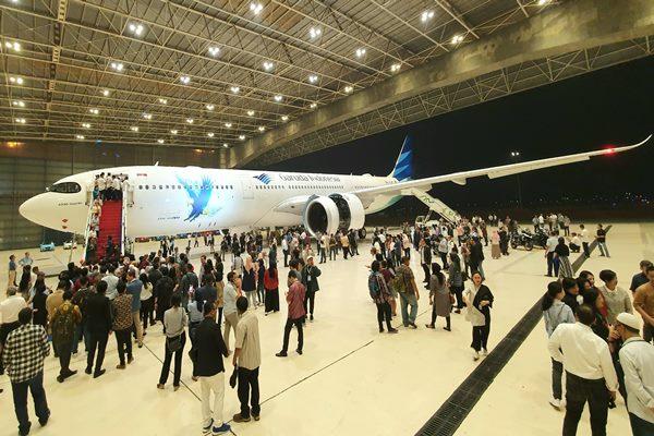 Suasana penyambutan Airbus A330-900neo dari Garuda Indonesia Group di Hanggar 2 Garuda Indonesia Maintenance Facility AeroAsia, Rabu (27/11/2019) malam - Rio Sandy Pradana