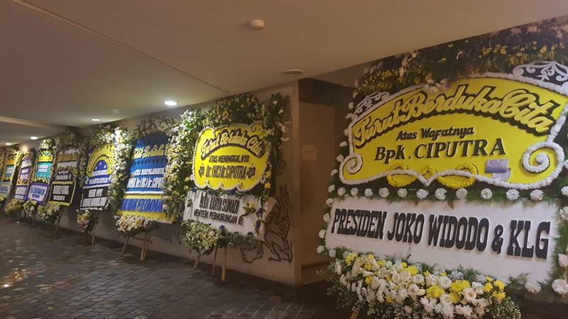 Karangan bunga dari sejumlah tokoh di lokasi persemayaman Ciputra, Kamis (28/11/2019). JIBI/Bisnis - Denis Riantiza M