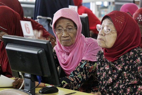 Warga lanjut usia (lansia) mengikuti pelatihan penggunaan teknologi komputer dan internet sehat di Surabaya, Jawa Timur, Rabu (12/4). - Antara/Moch Asim