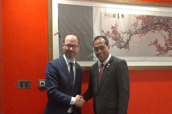 Menteri Perhubungan RI Budi Karya Sumadi (kanan) berjabat tangan dengan Menteri Infrastruktur Swedia Thomas Eneroth seusai menggelar pertemuan bilateral di sela-sela Sidang Majelis IMO di London, Inggris pada Selasa (26/11/2019). - Bisnis/Ana Noviani