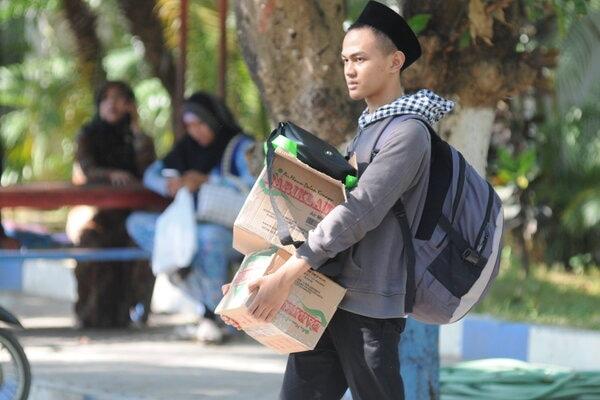 Santri membawa perlengkapan untuk dibawa pulang saat libur Maulid di Pondok Pesantren Tahfidz Al Quran Al Amin, Sumenep, Jawa Timur, Kamis (7/11/2019). - Antara/Saiful Bahri
