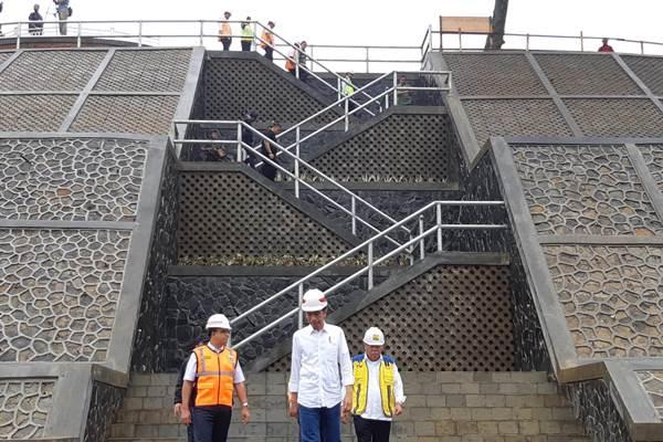 Presiden Jokowi saat meninjau pembangunan bendungan - Bisnis/Yodie Hardiyan