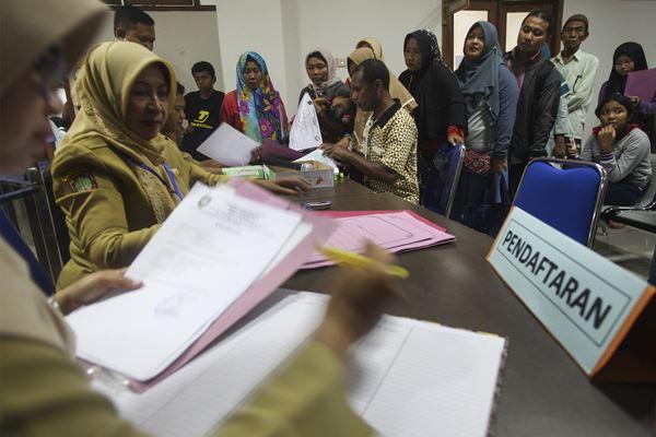 Sejumlah siswa didampingi wali siswa mengantre untuk mendaftar Sekolah Menengah Pertama (SMP) di kantor Dinas Pendidikan Kota Solo, Jawa Tengah, Senin (25/6). - Antara