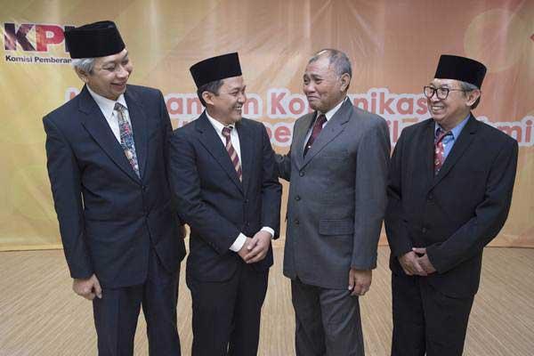 Ketua KPK Agus Rahardjo (kedua kanan) saat berbincang dengan para anggota Dewan Penasehat KPK Sarwono Sutikno (dari kiri), Tsani Annafari, dan Budi Santoso, seusai pelantikan anggota dewan penasehat KPK, di Jakarta, Kamis (6/7/2017). - ANTARA/Rosa Panggabean