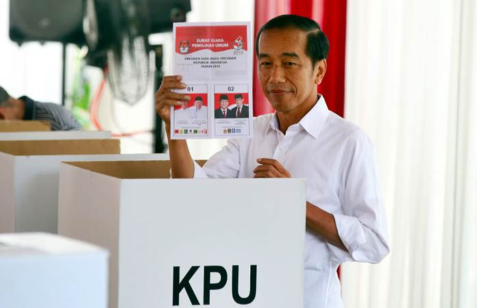 Presiden Joko Widodo menunjukkan surat suara sebelum menggunakan hak pilihnya di TPS 008, Gambir, Jakarta, Rabu (17/4/2019). - Bisnis/Abdullah Azzam
