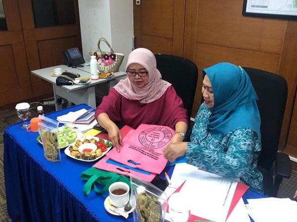 Ketua Tim Penggerak PKK Kota Balikpapan Arita Rizal Effendi (kiri) saat melakukan penilaian hasil inovasi peserta Gerakan Wanita Matilda. - JIBI/Istimewa