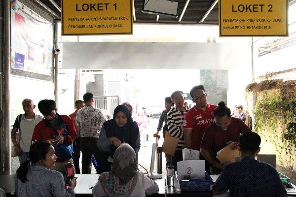 Petugas melayani pemohon Surat Keterangan Catatan Kepolisian (SKCK), di Mapolres Metro Bekasi Kota, di Bekasi, Jawa Barat, Rabu (13/11/2019). - ANTARA FOTO/Risky Andrianto