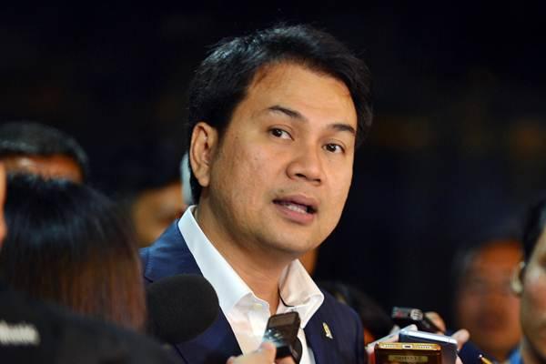 Wakil Ketua DPR Aziz Syamsuddin menjawab pertanyaan wartawan seusai mengikuti rapat di Kompleks Parlemen. - Antara/Wahyu Putro A