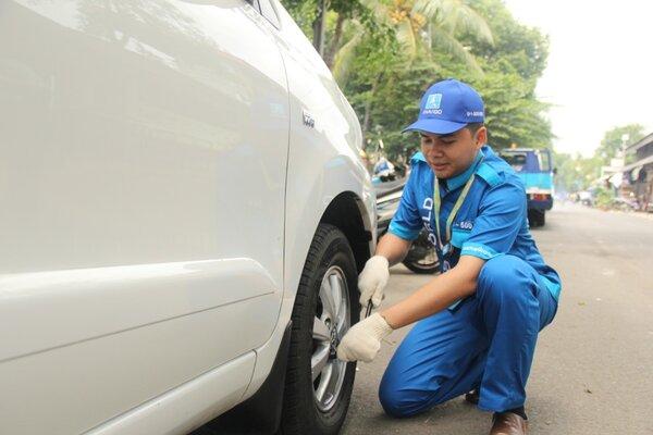 Petugas AstraWorld sedang memberikan layanan bantuan darurat di jalan bagi pelanggan Astra. - Istimewa