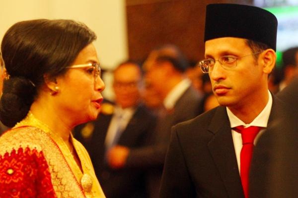 Menteri Keuangan Sri Mulyani Indrawati berbincang dengan Menteri Pendidikan dan Kebudayaan Nadiem Makarim sebelum dilantik oleh Presiden Joko Widodo di Istana Merdeka, Jakarta, Rabu (23/10/2019). - Bisnis/Abdullah Azzam