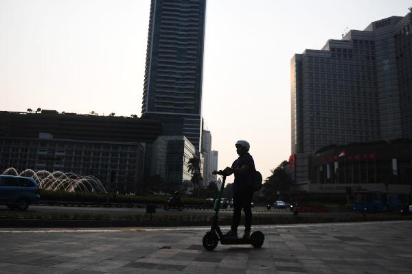 Pengguna jalan menggunakan otopet atau skuter listik di Jakarta, Rabu (16/10/19). - ANTARA FOTO/Akbar Nugroho Gumay