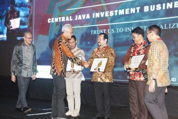 Gubernur Jawa Tengah Ganjar  Pranowo (kedua kiri) berjabat tangan dengan Wakil Wali Kota Surakarta  Achmad Purnomo (ketiga kanan) yang disaksikan oleh Deputi Gubernur Bank Indonesia Dody Budi Waluyo (kiri), Wakil Bupati Cilacap Syamsul Aulia Rachman (ketiga kiri), dan Wakil Bupati Temanggung Heri Ibnu Wibowo (kedua kanan) menghadiri jumpa pers mengenai Central Java Investment Business Forum(CJIBF) di Jakarta,Selasa (5/11/2019). - Bisnis - Triawanda Tirta Aditya