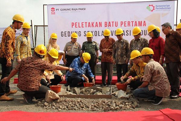 Peletakan batu pertama gedung sekolah Vokasi industri PT Gunung Raja Paksi di Cikarang, Jumat (15/2/2019).  - GUNUNG PAKSI