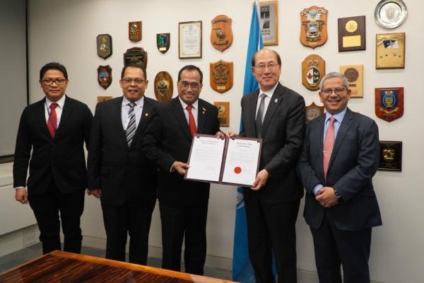 Menteri Perhubungan Budi Karya Sumadi (ketiga kiri) seusai mengadakan pertemuan dengan Sekretaris Jenderal IMO Kitack Lim di London, Inggris. - Istimewa