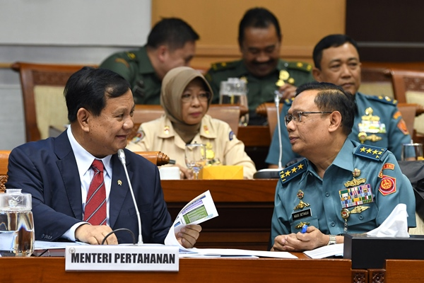 Menteri Pertahanan Prabowo Subianto (kiri) berbincang dengan Sekretaris Jenderal Kemhan Laksamana Madya TNI Agus Setiadji (kanan) menjelang rapat di kompleks Parlemen, Jakarta, Senin (11/11/2019) - ANTARA FOTO/Aditya Pradana Putra