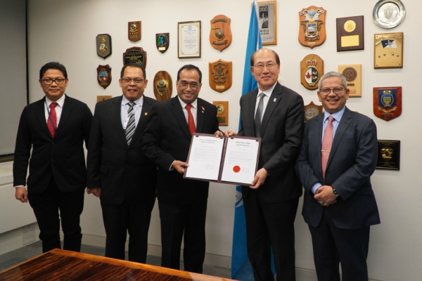 Wakil Ketua BPK Agus Joko Pramono (kedua kiri) dan Menteri Perhubungan Budi Karya Sumadi (ketiga kiri) seusai mengadakan pertemuan dengan Sekretaris Jenderal IMO Kitack Lim di London, Inggris. - Istimewa