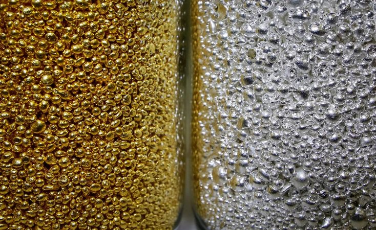 Butiran emas murni dan perak 99,99 persen terlihat di stoples kaca di pabrik logam non-ferrous Krastsvetmet, salah satu produsen terbesar di dunia dalam industri logam mulia, di kota Siberia, Krasnoyarsk, Rusia 22 November 2018. Foto diambil 22 November, 2018. - REUTERS/Ilya Naymushin