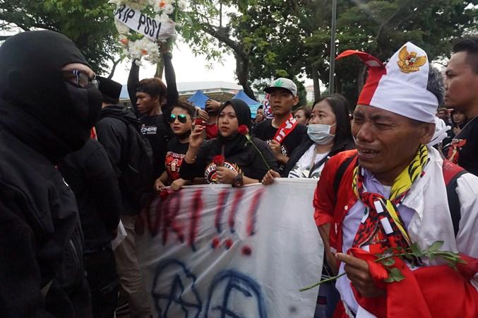 Sejumlah orang yang tergabung dalam Aliansi Suporter Indonesia Malaysia (ASIM) berunjuk rasa di dekat pintu masuk suporter Indonesia di pintu E di Stadion Bukit Jalil, Kuala Lumpur, Selasa (19/11/2019). - ANTARA/Agus Setiawan