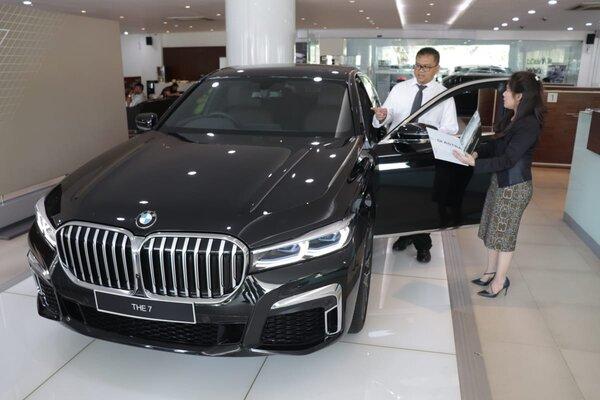 Kepala Cabang BMW Astra Surabaya Yopy Antonio (putih) saat memperkenalkan The New BMW Seri 7 di diler BMW Astra HR. Muhammad Surabaya, Kamis (28/11/2019). - Bisnis/Peni Widarti