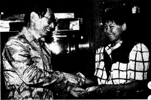 Ketua Yayasan Jaya Raya Ciputra (kiri) saat menyerahkan penghargaan kepada Susi Susanti. - Dokumentasi Bisnis